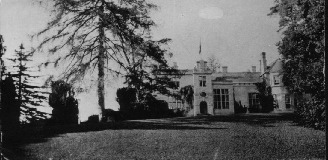 A historic photograph taken in 1914. Sir Clough Williams-Ellis redesigned the front entrance in 1912.